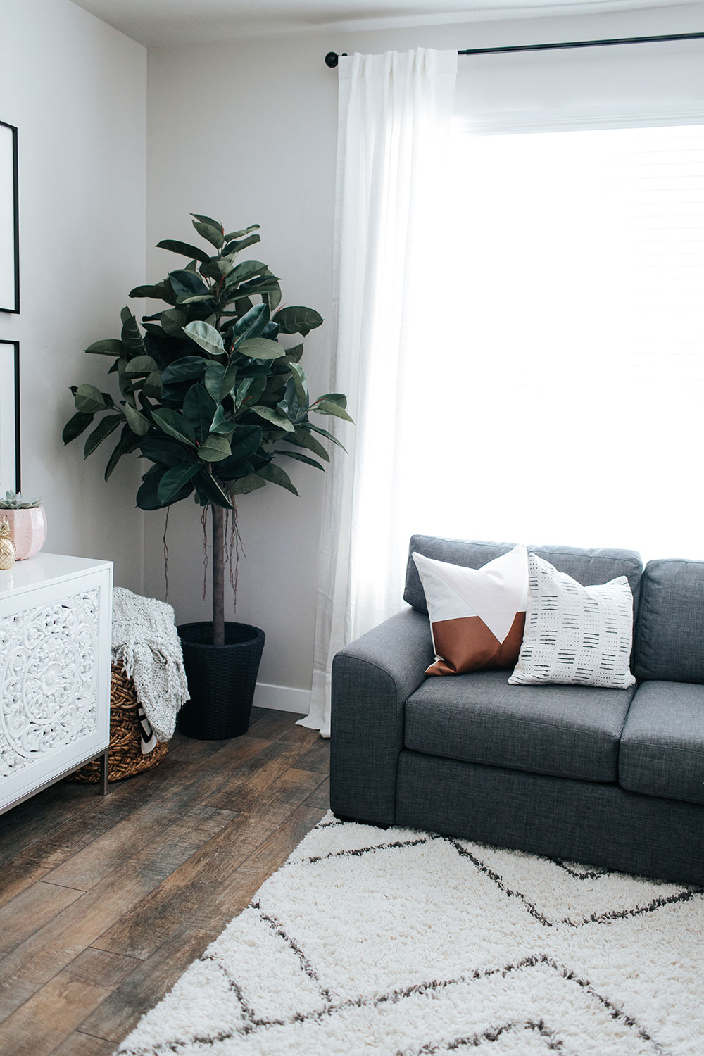 How to design a small living room   living room decor ideas   gallery wall inspiration   minted art styling service   Little Miss Fearless