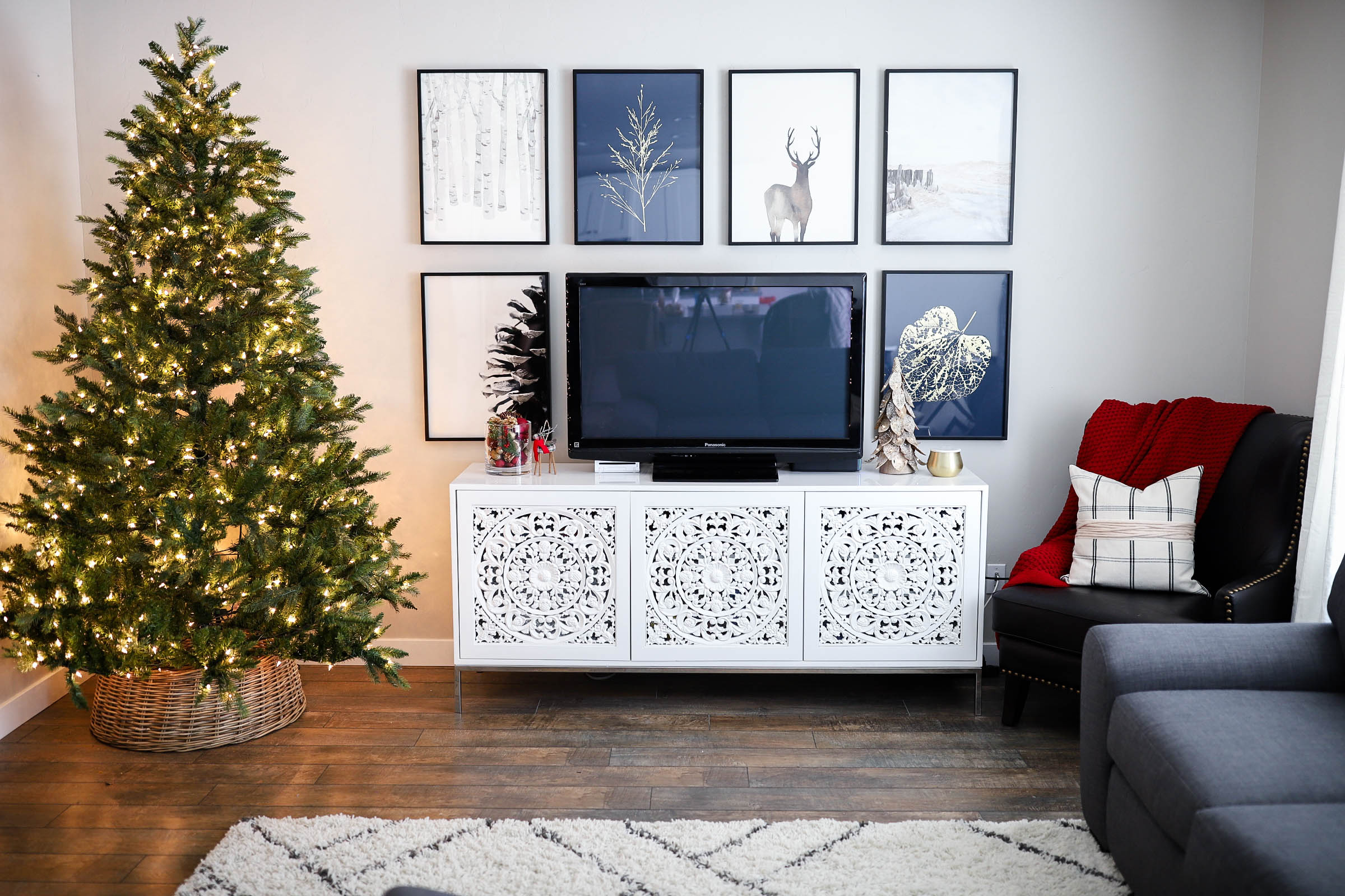 4 Simple Ways to Update Your Home Decor for the Holidays | gallery wall inspiration | minted art styling service | Little Miss Fearless